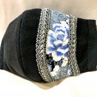 【即納】ワンポイント和柄 黒に銀彩青花 立体型マスク 通年タイプ 不織布内蔵 Lサイズ