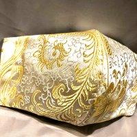 【即納】高級ジャガード 白にゴールドの羽根や花 和柄立体型マスク 不織布内蔵 通年タイプ LLサイズ