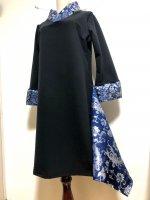 【即納】シルエット美しい!着物襟風アシンメトリーワンピース 黒×紺にシルバー花や羽根や鳥 2L〜3L