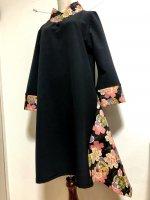 【即納】シルエット美しい!着物襟風アシンメトリーワンピース 黒×桜 3L〜4L