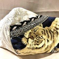 【即納】高級ふくれジャガード白にシルバー×銀彩虎 和柄 立体型マスク 不織布内蔵 LLサイズ