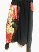 和柄サイド切り替えサルエルパンツ 黒×孔雀帯やサテン赤花