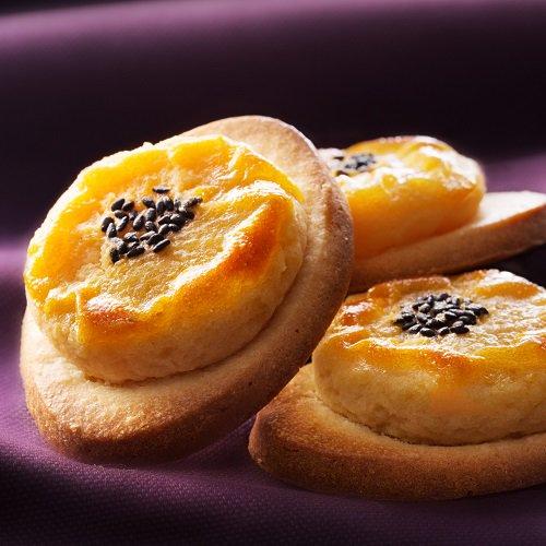 ポテレット(単品/5個入/10個入)【イルローザ】 なると金時本来のうま味を引き出し、バター、生クリーム、卵と合わせて、しっとりサブレ生地の小舟の上に丁寧に絞って焼き上げています。