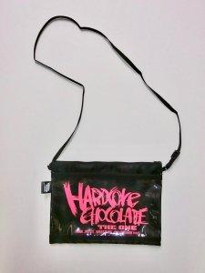 ハードコアチョコレートベーシックロゴ クリアポケット付きサコッシュ(ムラムラピンク)