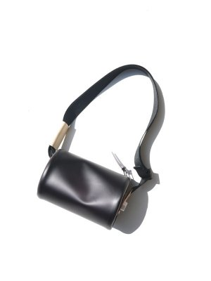 <img class='new_mark_img1' src='https://img.shop-pro.jp/img/new/icons14.gif' style='border:none;display:inline;margin:0px;padding:0px;width:auto;' />macromauro CYLINDER BAG SMALL (BLK)