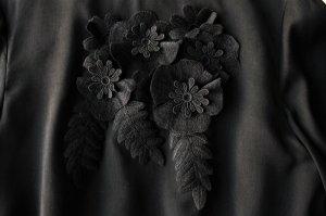 l'atelier du savon アトリエドゥサボン ヴィンテージサテン 胸にブーケワンピース col/black