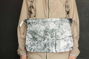 ■and wander アンドワンダー white forest printed sacoche