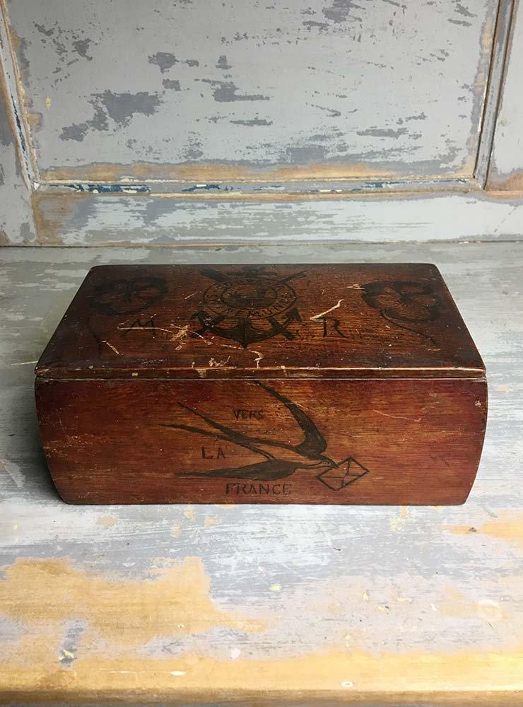 ツバメが手書きされた木箱ボックス
