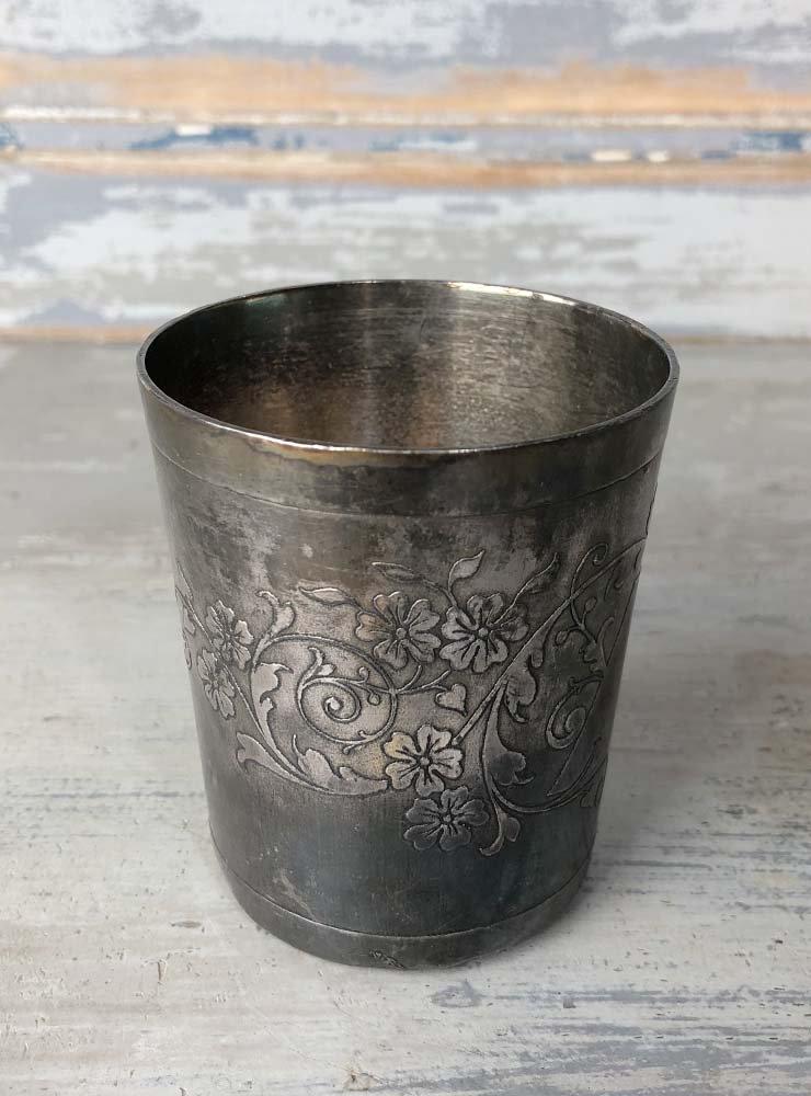 ERCUIS 花模様の小ぶりなカップ