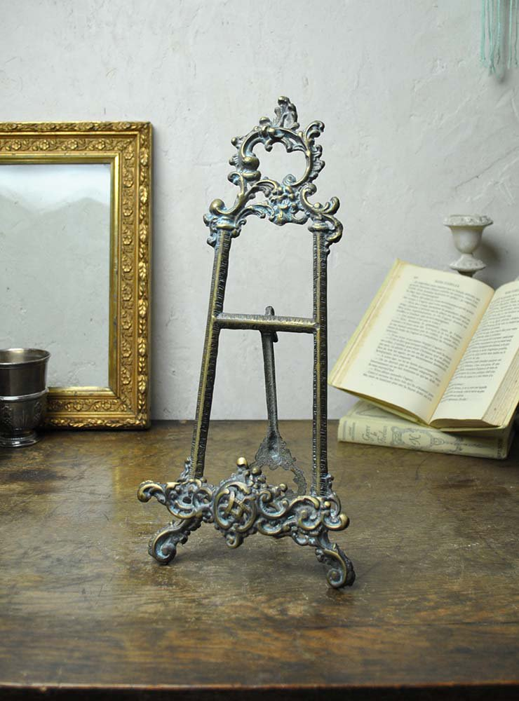 使い込まれたシックな佇まいの真鍮製卓上イーゼル