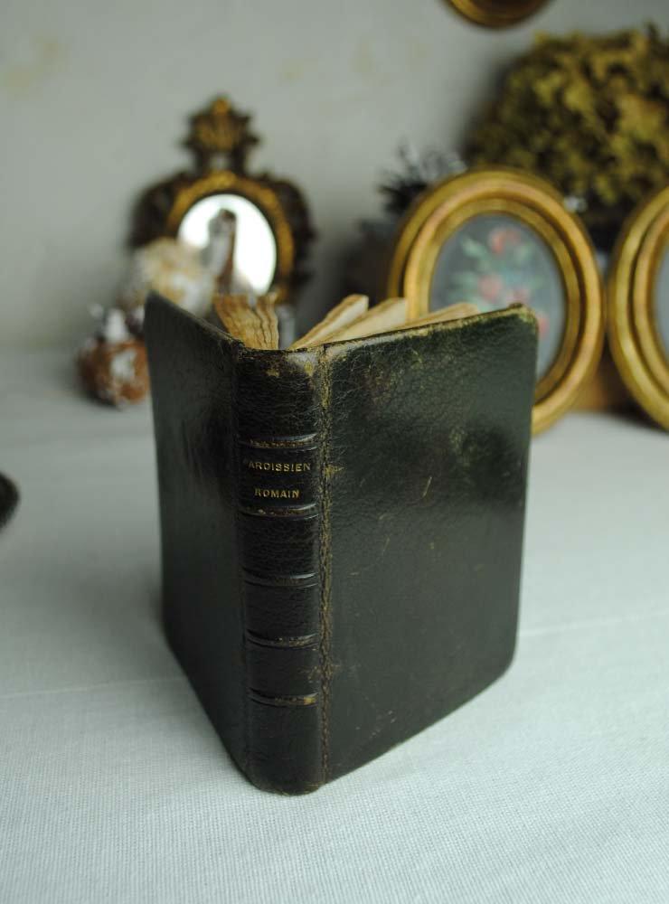 シャビーな雰囲気溢れるとても小さな聖書
