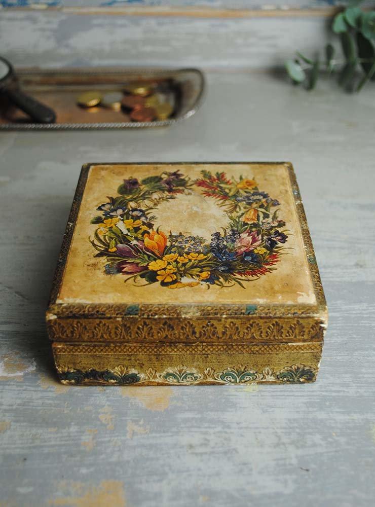 花のリースとエンボス彫刻の木箱ボックス