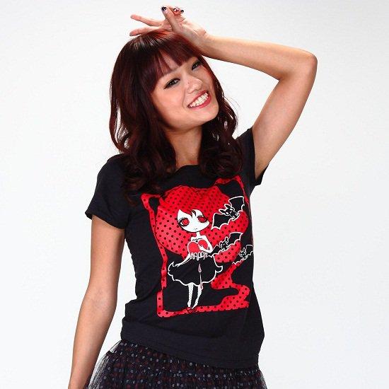 女の子とコウモリTシャツ