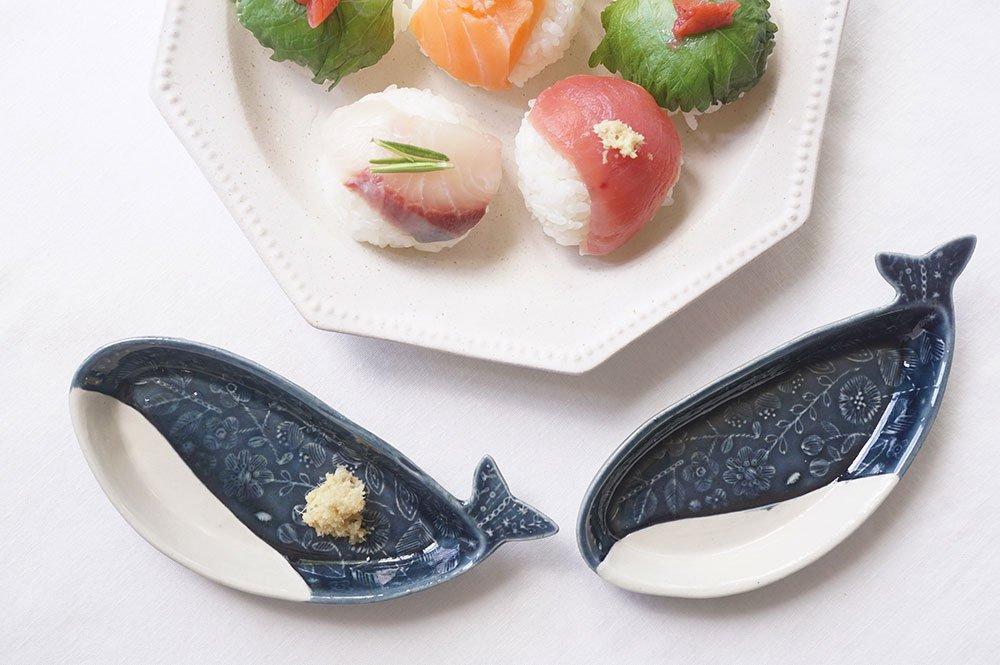 刺繍模様のクジラ皿