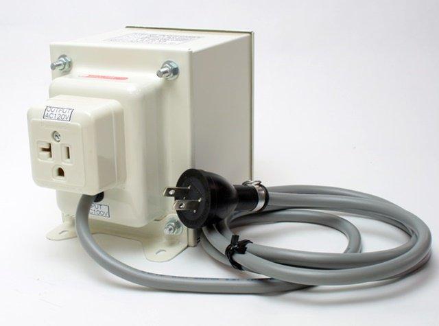 【変圧器】【日本国内用】 日章工業 アップトランス 定格容量1800W 変換電圧100V→110V/120V/127V NDF-1800UPU
