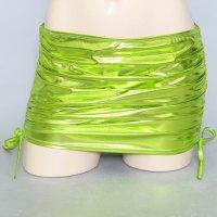 メタリックな光沢と質感が目を惹く妖艶なメタルレザーのミニスカート(SKIRT) ライトグリーン
