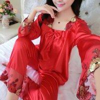 胸元のリボンと首周りの花柄刺繍が可愛らしいデザインのパジャマ(PAJAMAS) レッド