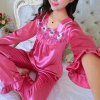 胸元に花柄刺繍入りのメッシュ生地を合わせたエレガントなデザインのパジャマ(PAJAMAS) ピンク 2
