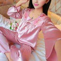 衿元のスカラップレースと程良いボリュームのギャザーが上品なパジャマ(PAJAMAS) ピンク