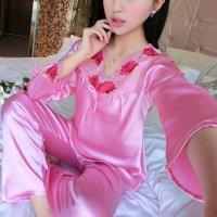 衿元のスカラップレースと存在感のある大ぶりな花柄刺繍が魅力的なパジャマ(PAJAMAS) ピンク 1