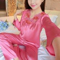 衿元のスカラップレースと存在感のある大ぶりな花柄刺繍が魅力的なパジャマ(PAJAMAS) ピンク 2