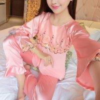 胸元に巻きバラのコサージュとリボンをあしらったラグランスリーブのパジャマ(PAJAMAS) ピンク 1
