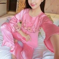 胸元に巻きバラのコサージュとリボンをあしらったラグランスリーブのパジャマ(PAJAMAS) ピンク 2