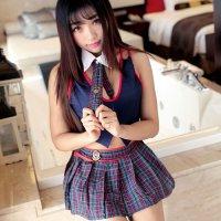 紺色のトップスにチェック柄のスカートとネクタイが可愛らしい露出度高めの制服風セクシーコスプレ(SEXYCOSPLAY)
