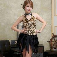 豹柄のホルターネックトップスにイレギュラーヘムのスカートを併せたワイルドキュートな女豹風コスプレ(COSPLAY)