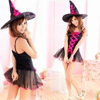 ショッキングピンクのレースアップと透け感たっぷりなチュールスカートが目を惹く魔女風コスプレ(COSPLAY)
