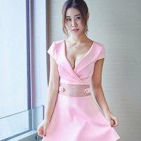 大きな襟の開きが上品さの中に甘い色気を放つフレアドレス(SEXYDRESS) ピンク
