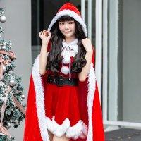 クリスマスカラーのロングケープが暖かく本格的なサンタガール風コスプレ(COSPLAY)