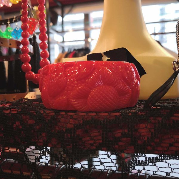 【Collectif】Carrie Carved Strawberries Bangle