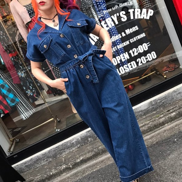 <img class='new_mark_img1' src='https://img.shop-pro.jp/img/new/icons1.gif' style='border:none;display:inline;margin:0px;padding:0px;width:auto;' />【Voodoo Vixen】Poppy Denim Utility Jumpsuit
