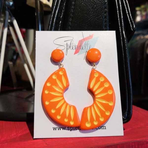 <img class='new_mark_img1' src='https://img.shop-pro.jp/img/new/icons1.gif' style='border:none;display:inline;margin:0px;padding:0px;width:auto;' />【Splendette】 Sunset Carved Drop Earrings サンセットオレンジピアス
