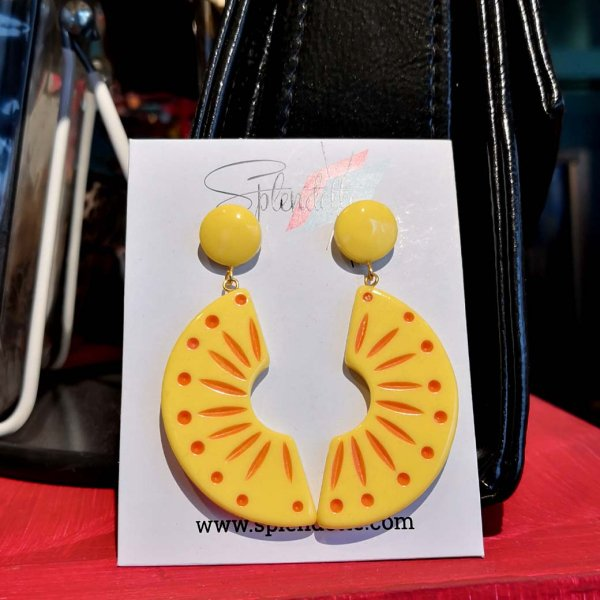 <img class='new_mark_img1' src='https://img.shop-pro.jp/img/new/icons1.gif' style='border:none;display:inline;margin:0px;padding:0px;width:auto;' />【Splendette】Sunrise Carved Drop Earrings サンライズイエローピアス