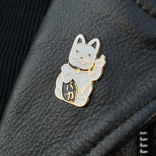 <img class='new_mark_img1' src='https://img.shop-pro.jp/img/new/icons1.gif' style='border:none;display:inline;margin:0px;padding:0px;width:auto;' />【Badaboo&#776;m Studio】Lucky Cat Pin FUCKまねきねこピンバッジ