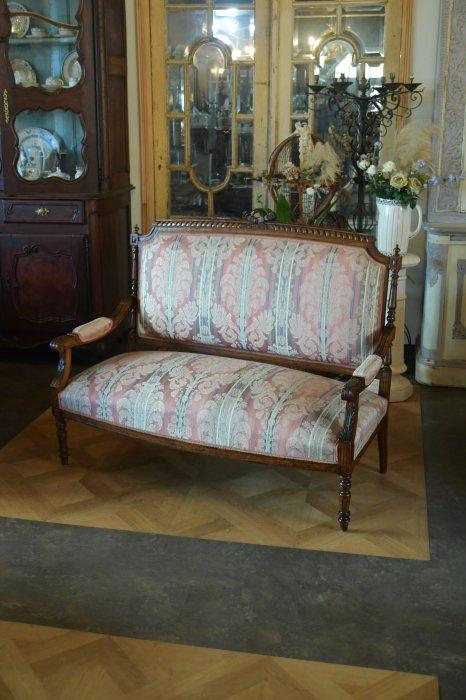 手彫りの装飾が美しいソファ