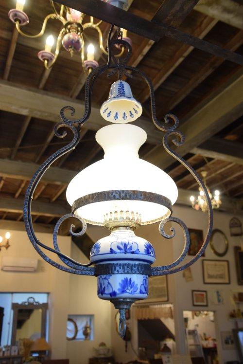 アイアンフレームとブルーペイント陶器の大きなガラスシェードランプ (送料込み)