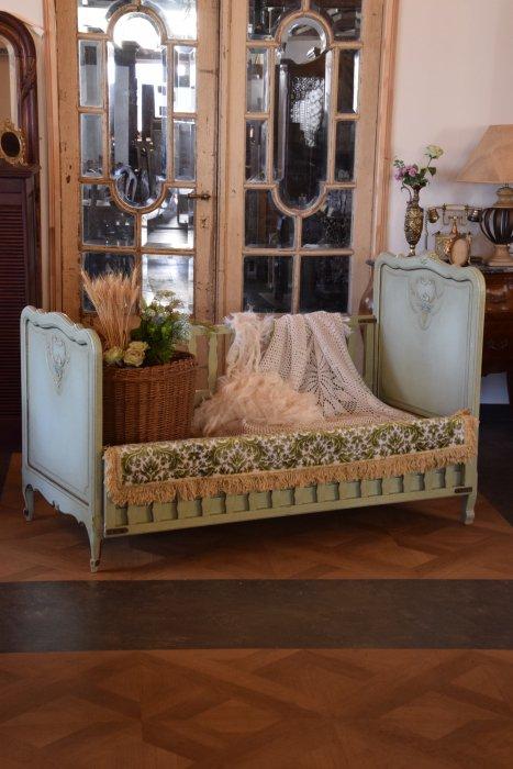 ペールグリーンのフレンチベビーベッド