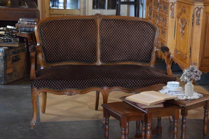 ルイ15世様式 ブラウンチェックドット柄  ファブリックのアームソファ