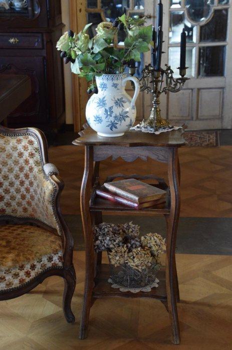 装飾の可愛らしい古木のフラワースタンド