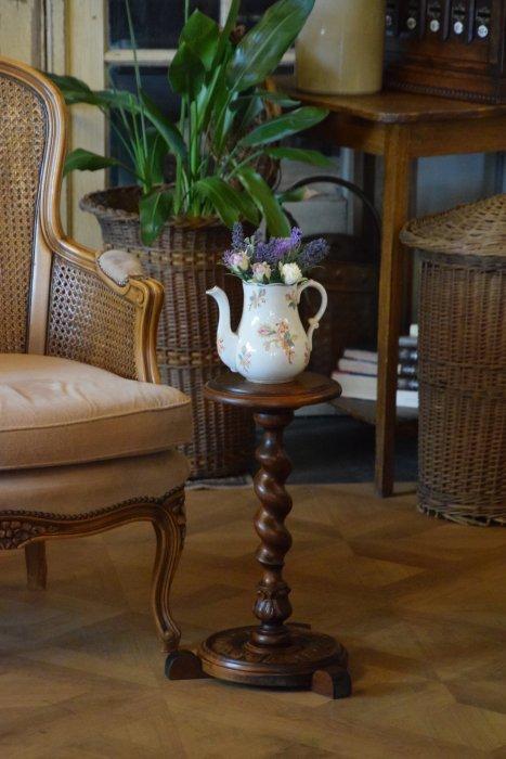 ツイストとツボミ装飾の美しいフラワースタンド ・サイドテーブル(送料込み)