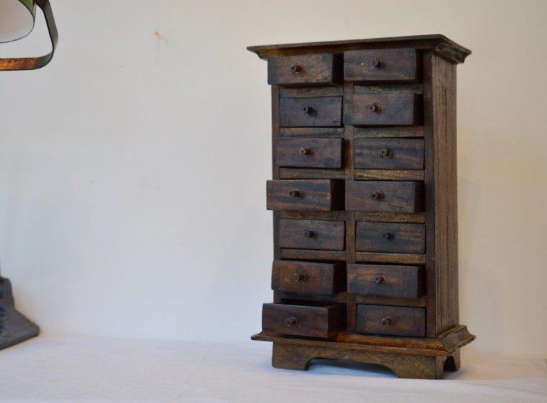 14の小さな引出のある木製収納