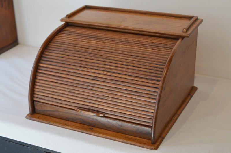 ジャバラ式扉の木製円弧型卓上ケース
