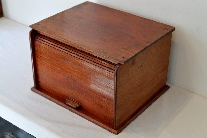 ジャバラ式扉の木製卓上書棚