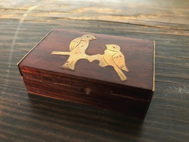2羽の雀の小さな木箱
