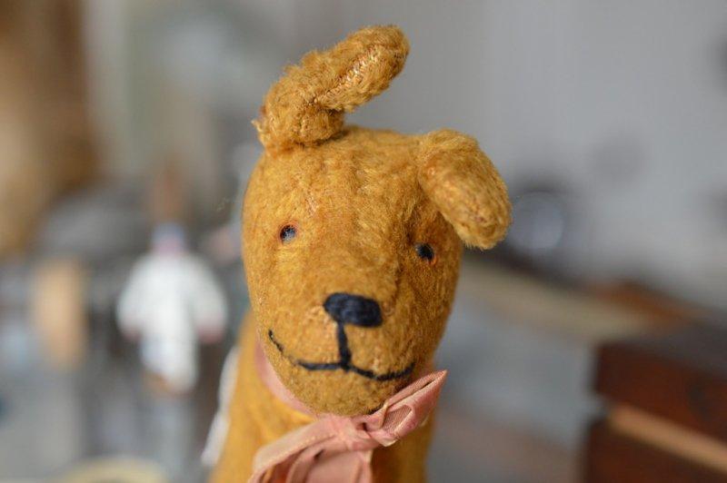 Hermann社製 リボンを付けた茶色い犬