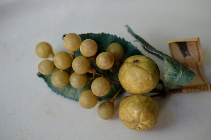 セルロイドの黄色い木の実のオブジェ