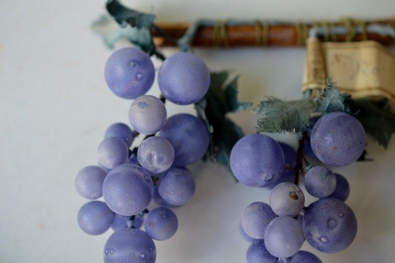 セルロイドの薄紫の木の実オブジェ